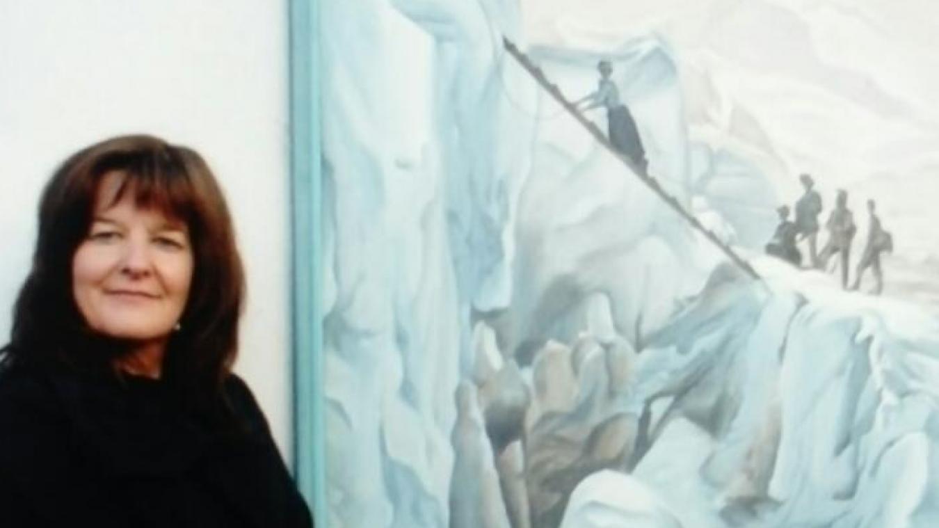 Christine Tornassat devant une représentation ancienne de franchissement de crevasse.