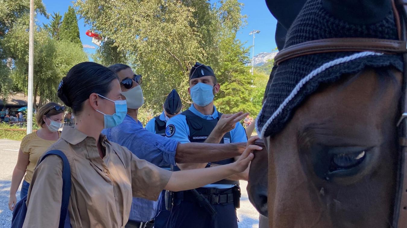 Le capital sympathie du cheval permet aux gendarmes d'entamer plus facilement le dialogue avec la population.