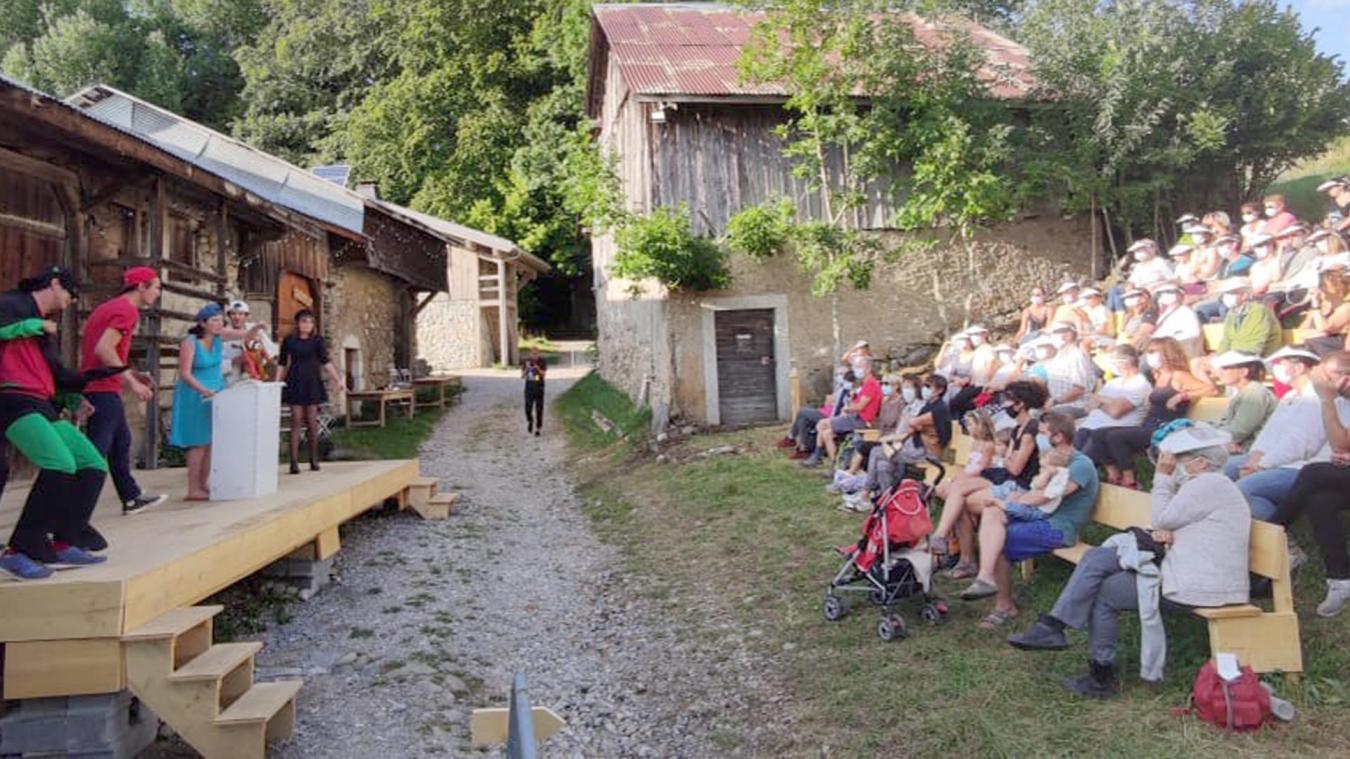 Un public conquis par les jeunes acteurs de la troupe YAPAKAPARY.