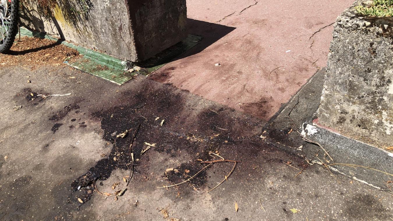 Le sang sur le sol du parking au 15 boulevard du Fier à Annecy est encore perceptible bien que coagulé