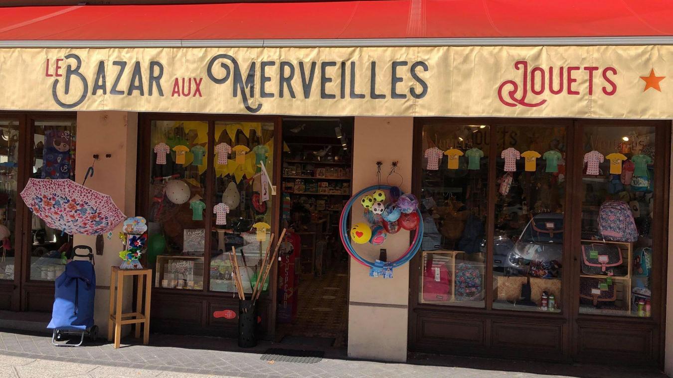 Le magasin « Le Bazar aux Merveilles » s'est mis aux couleurs du Tour, tout comme le rond-point qui permettra aux coureurs de rejoindre le boulevard du maquis des Glières.