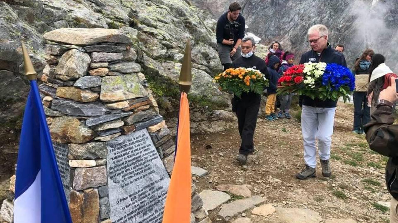 Cérémonie de recueillement au Nid d'Aigle devant le monument à la mémoire des victimes des accidents d'avions de 1950 et 1966 de la Compagnie Air India