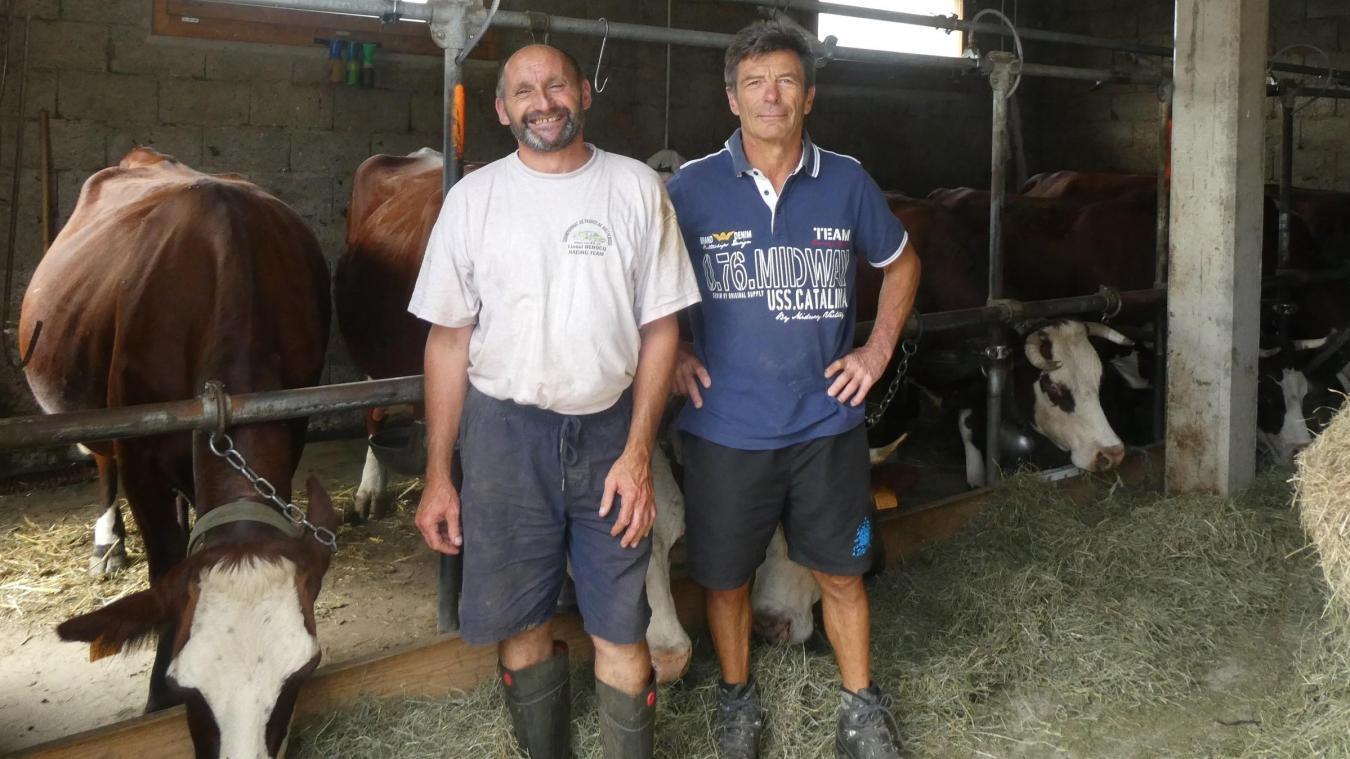 A gauche Stéphane Condevaux, à côté de Yves Clauss qui est venu l'aider en ami pour soigner vaches et génisses.