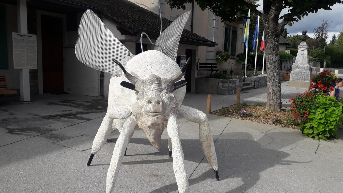 Le taureau bourdon de Thierry Thorens trône sur la place de la mairie d'Yvoire.