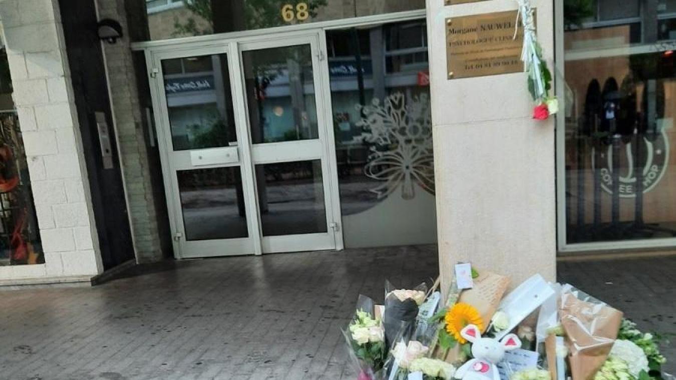 Dans les heures qui ont suivi le drame, des patients et des habitants sont venus déposer des fleurs devant le cabinet de la psychologue tuée mercredi 26 août.