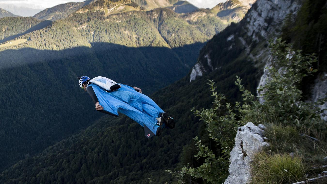 Ingénieur de formation et père deux jeunes enfants, Julien Millot, 35 ans, a plus de 1 300 sauts de base jump à son actif. Ce jour-là, ils nous emmène sur la montagne du Charbon, dans le massif des Bauges pour un vol d'environ deux minutes et 900 mètres de dénivelé.