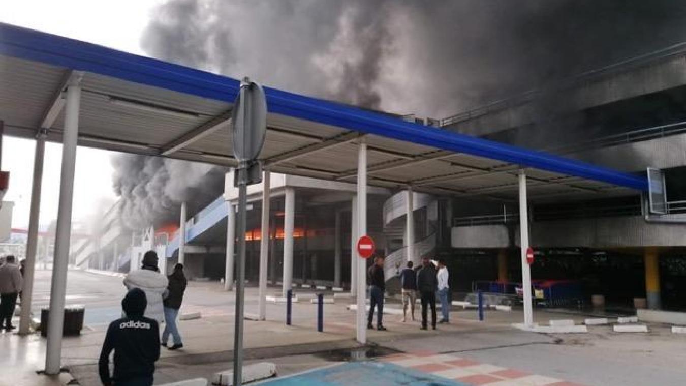Dimanche 30 août, une épaisse fumée noire, visible à des kilomètres à la ronde dans toute la vallée de l'Arve, s'est échappée du quartier des Ewües, à Cluses, peu avant 19 heures. Un incendie a été maîtrisé par les pompiers au centre commercial. DR