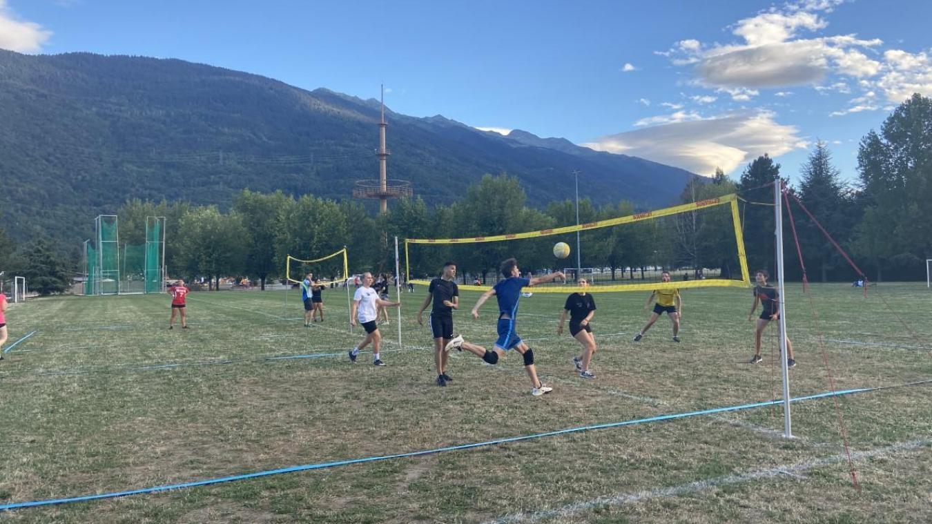 Les volleyeurs de l'ELAU continuent de s'entraîner au parc du Sauvay en attendant d'établir un protocole pour jouer en intérieur.