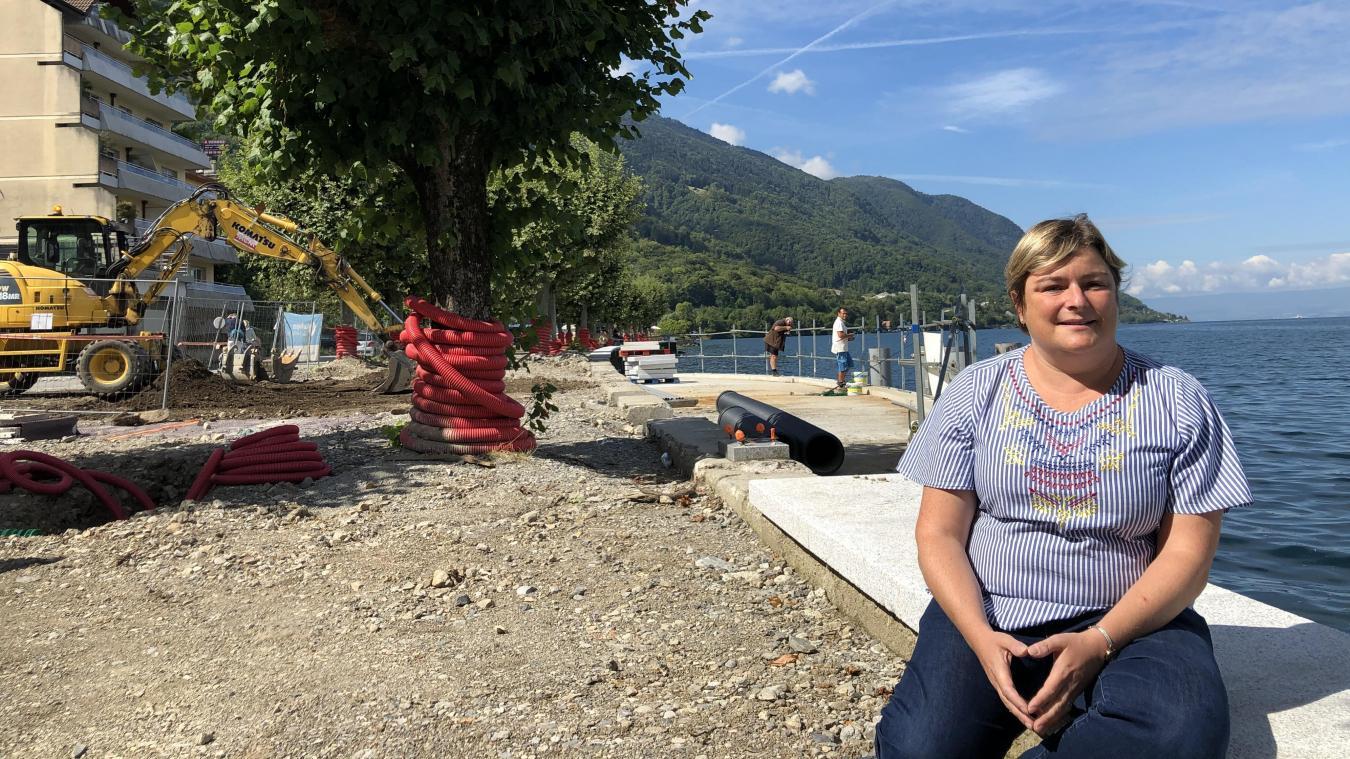 Géraldine Pflieger est devant l'estacade, une avancée qui permetra aux barques à voiles latines d'accoster au village. Les pêcheurs y ont d'ailleurs déjà pris place, peu dérangés par les engins.
