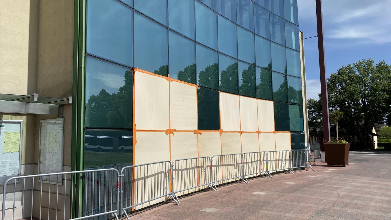 Plusieurs vitres de la mairie ont été brisées.