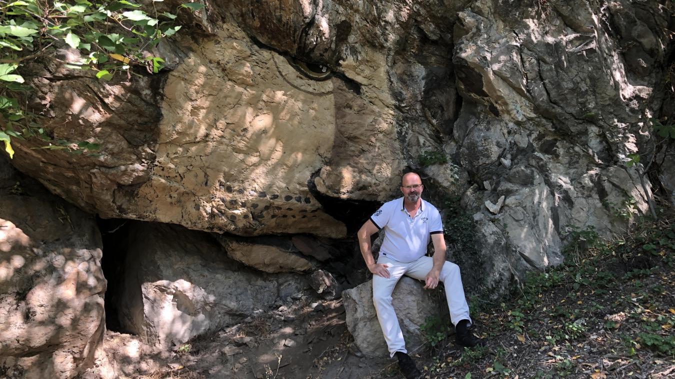 Fabrice a peint sur la falaise. Il expose ses sculptures dans le jardin de son sarto (en haut à droite). Il crée des sculptures dans des matériaux variés (bois, grillage, béton).