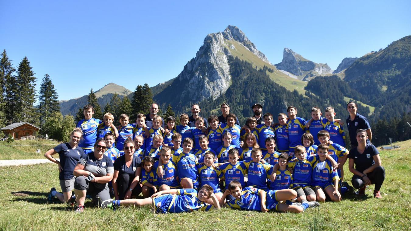 Les jeunes joueurs du RCTCL U12 et U14 encadrés de leurs coachs lors de la journée de cohésion à Bernex.