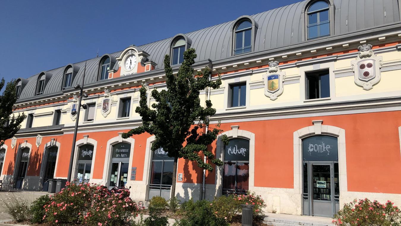 La nef de la passerelle des arts, située au dernier étage du bâtiment, place Charles-de-Gaulle, compte 140 places assises.