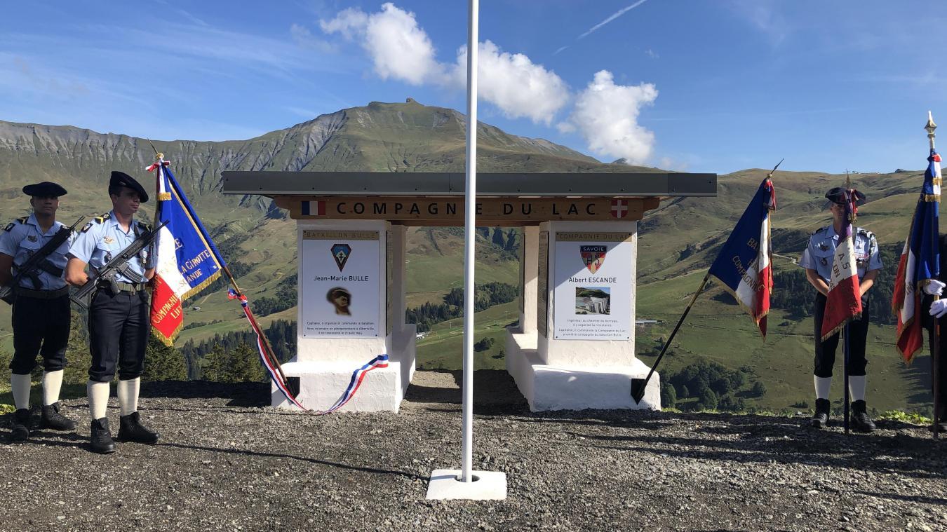 Le mémorial et les personnalités présentes dont le fils du Commandant Bulle (au premier plan).