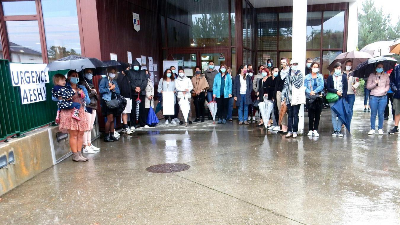 Les parents regroupés sous le hall de l'école de Pers-Jussy, jeudi 24 septembre.