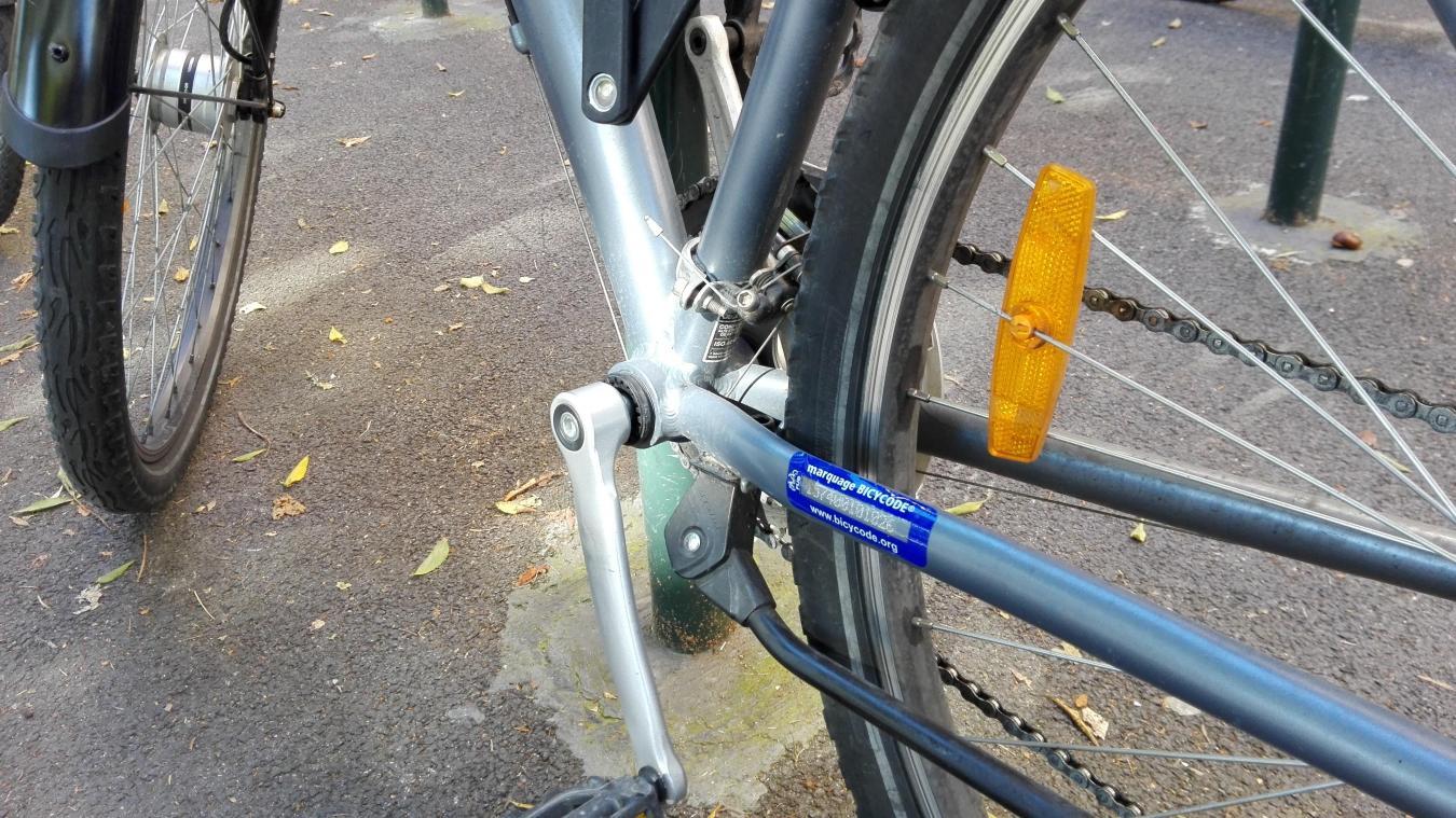 Un numéro est gravé sur le cadre du vélo. En cas de vol, les autorités peuvent retrouver trace grâce à ce marquage.