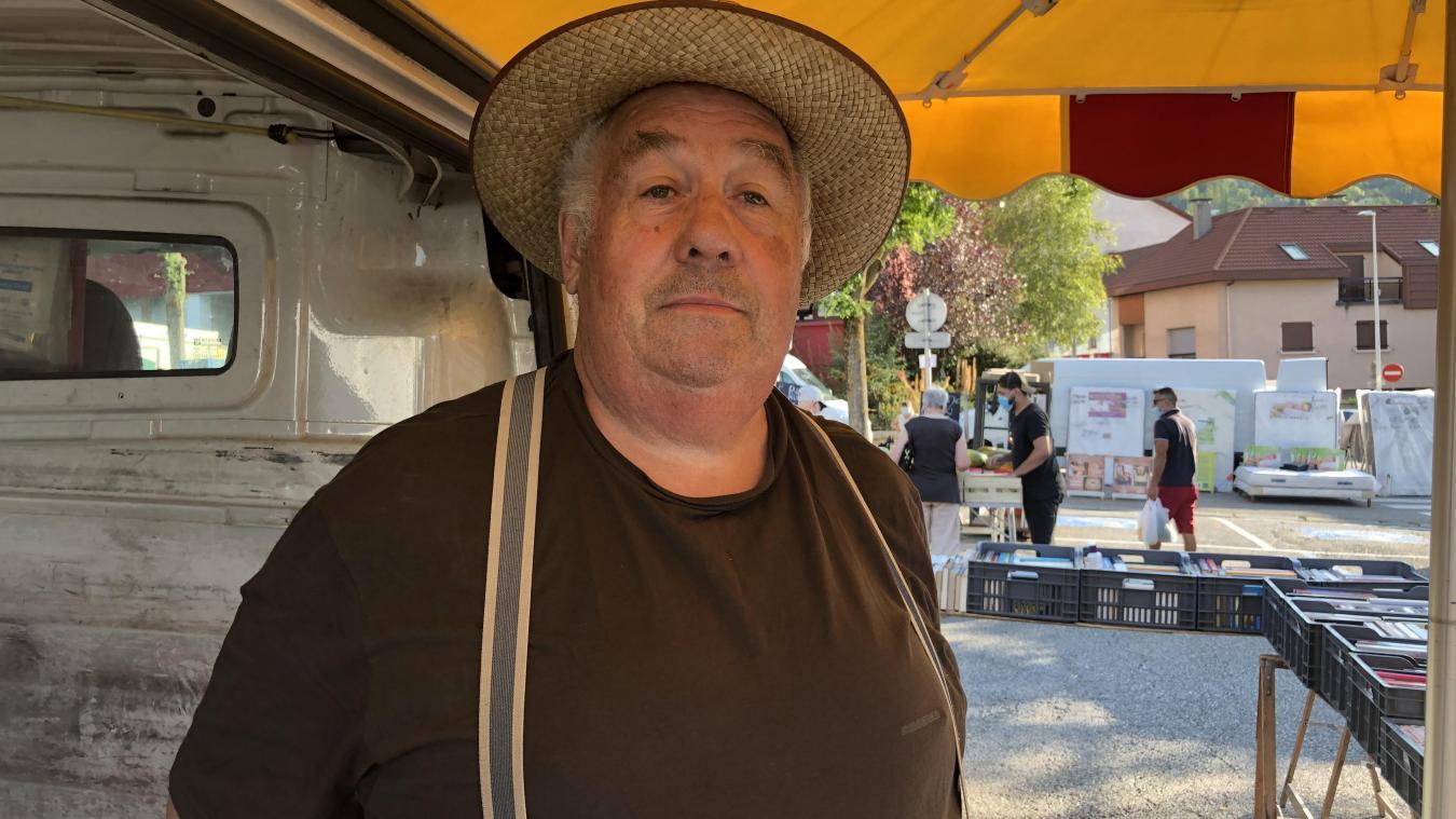 Jojo vend ses livres d'occasion sur le marché de Bellegarde depuis vingt ans. Il fait partie des personnages de la place Carnot, le jeudi.