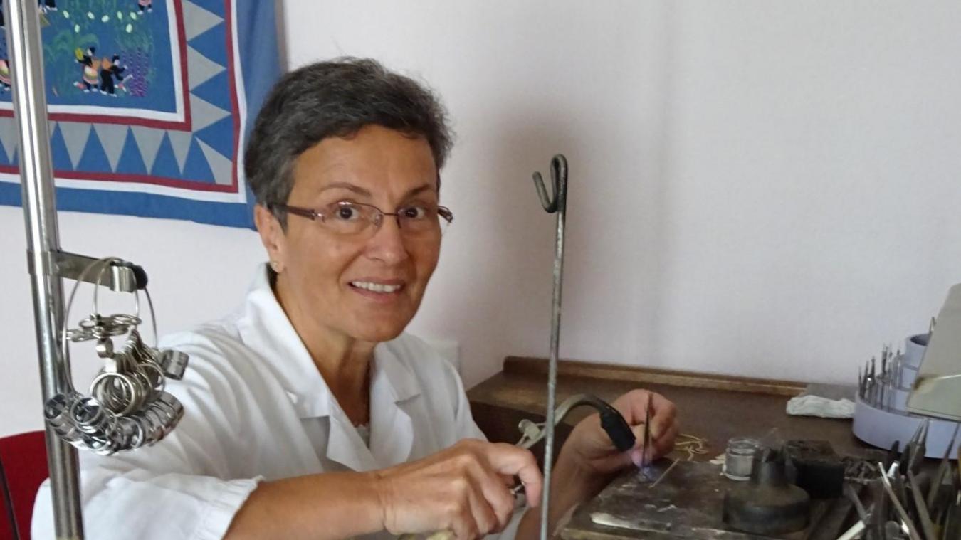 Cela fait 32 ans que Martine travaille or et argent dans son atelier.