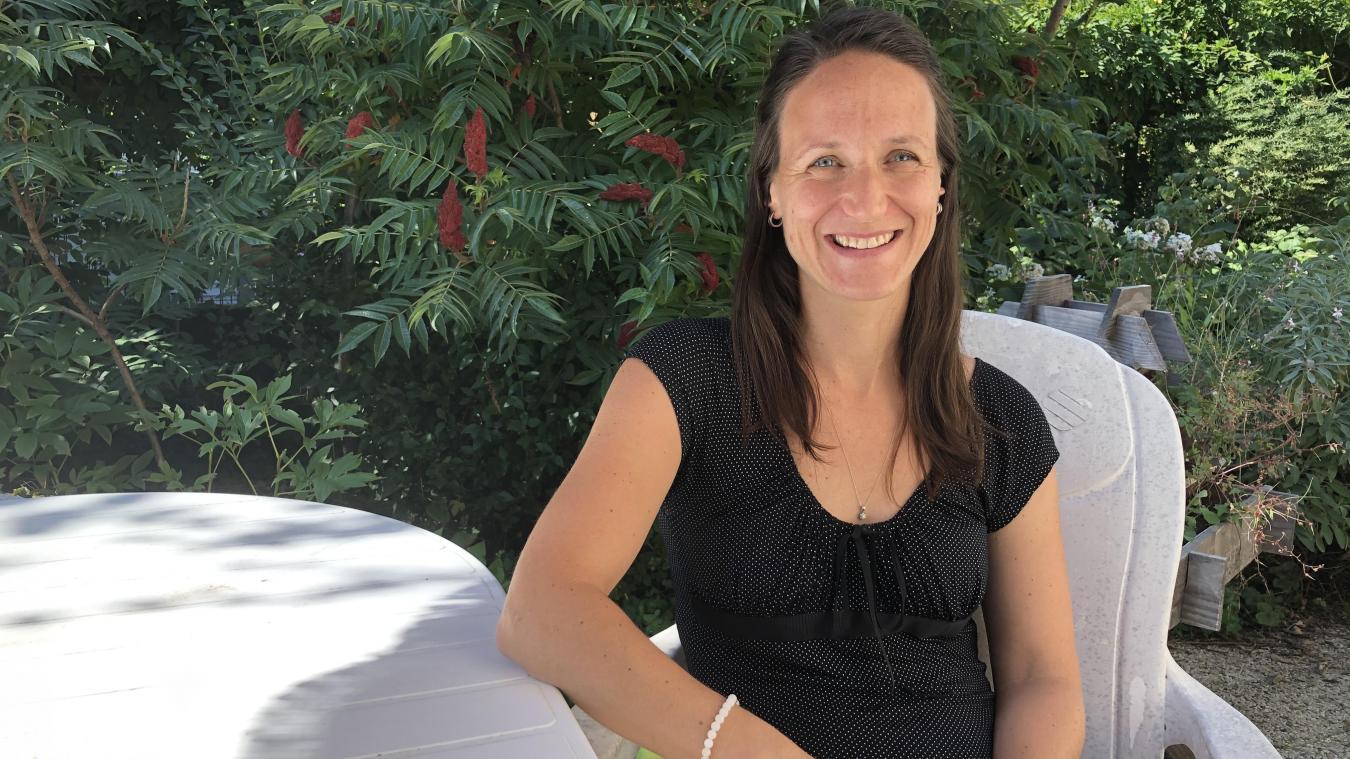 Heureuse d'avoir trouvé un coin de verdure pour son nouveau domicile, Chantale Farmer espère offrir ce même bonheur aux Annéciens en plantant davantage d'arbres en ville.