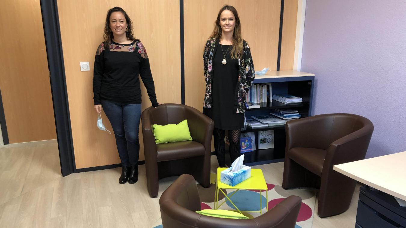 Nadia Decaestecker, chargée de prévention, et Céline Chauffard, directrice, présentent la salle de consultation.