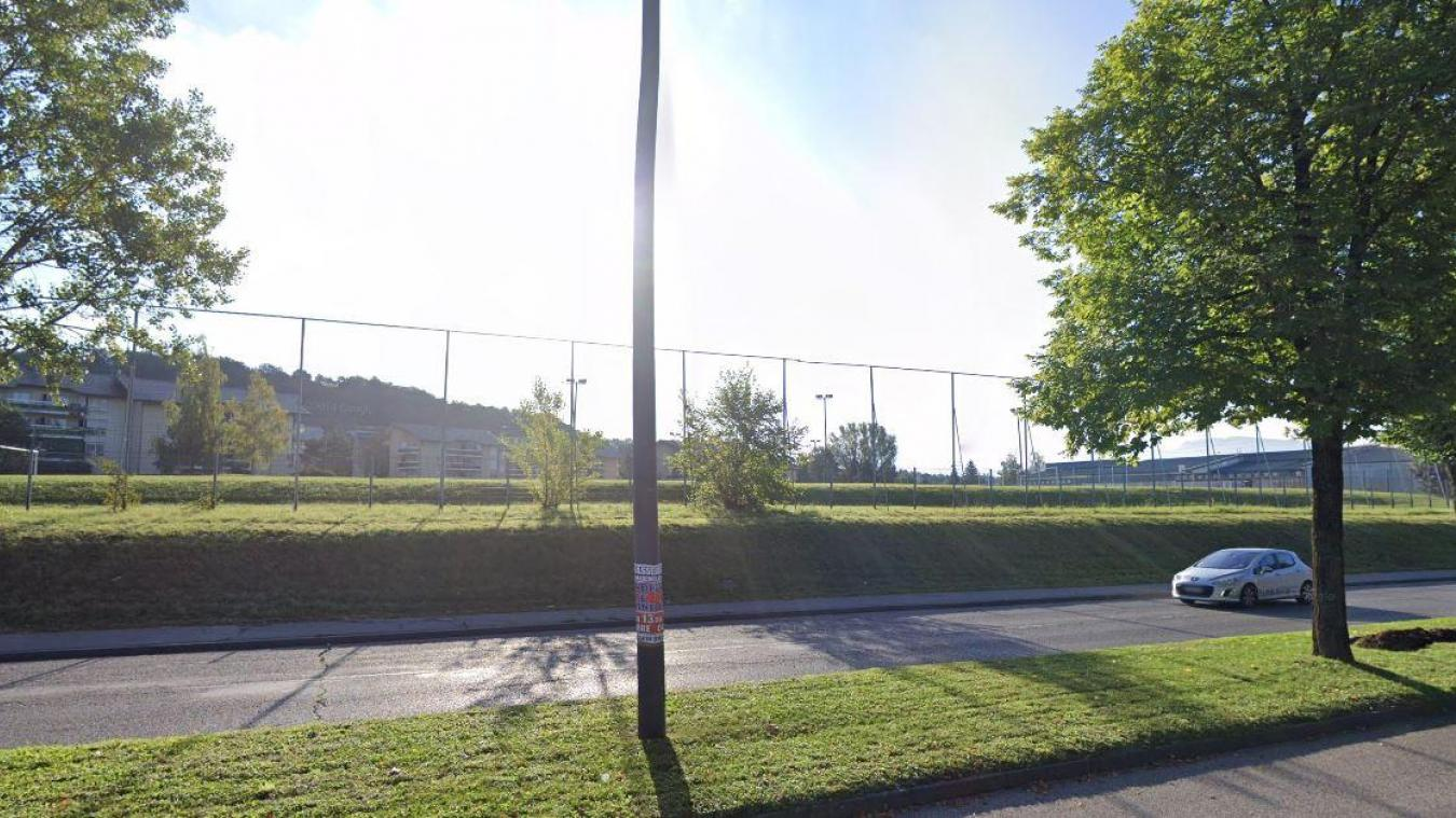 La plaine de jeux du Perrier borde l'avenue Charles-de-Gaulle, à Annemasse, non loin du lycée Jean-Monnet.