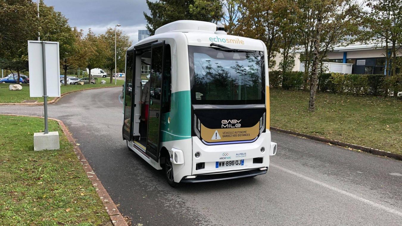 Avec son look futuriste, la navette autonome Echosmile ne passe pas inaperçue sur les routes de la technopole d'Archamps.