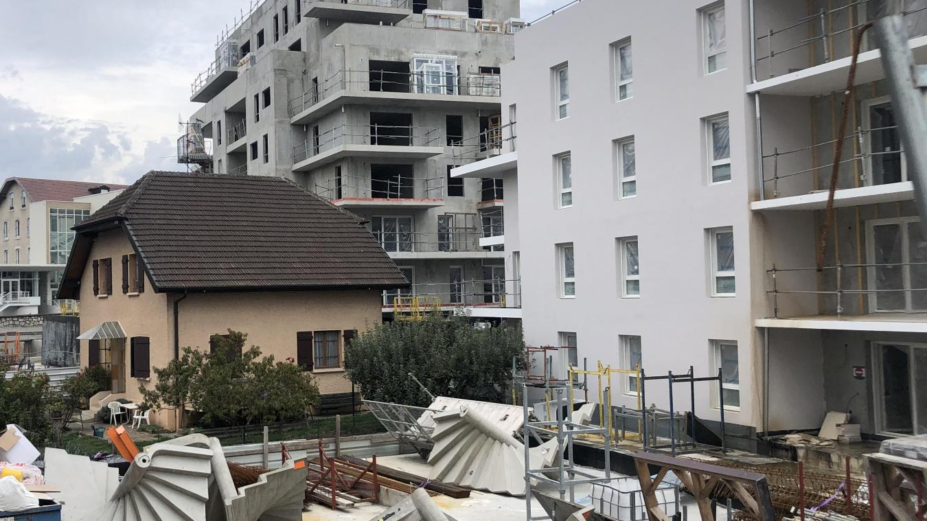 Route d'Etrembières à Annemasse, la maison est cernée par un important chantier immobilier de 111 logements.