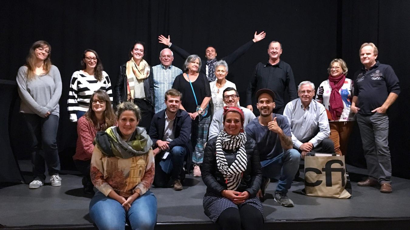 Manon Servoz, entourée des bénévoles de l'association et des artistes dont Jean-Michel Mattéï, parrain du Starting-Block, lors du Gala d'ouverture de la saison culturelle.