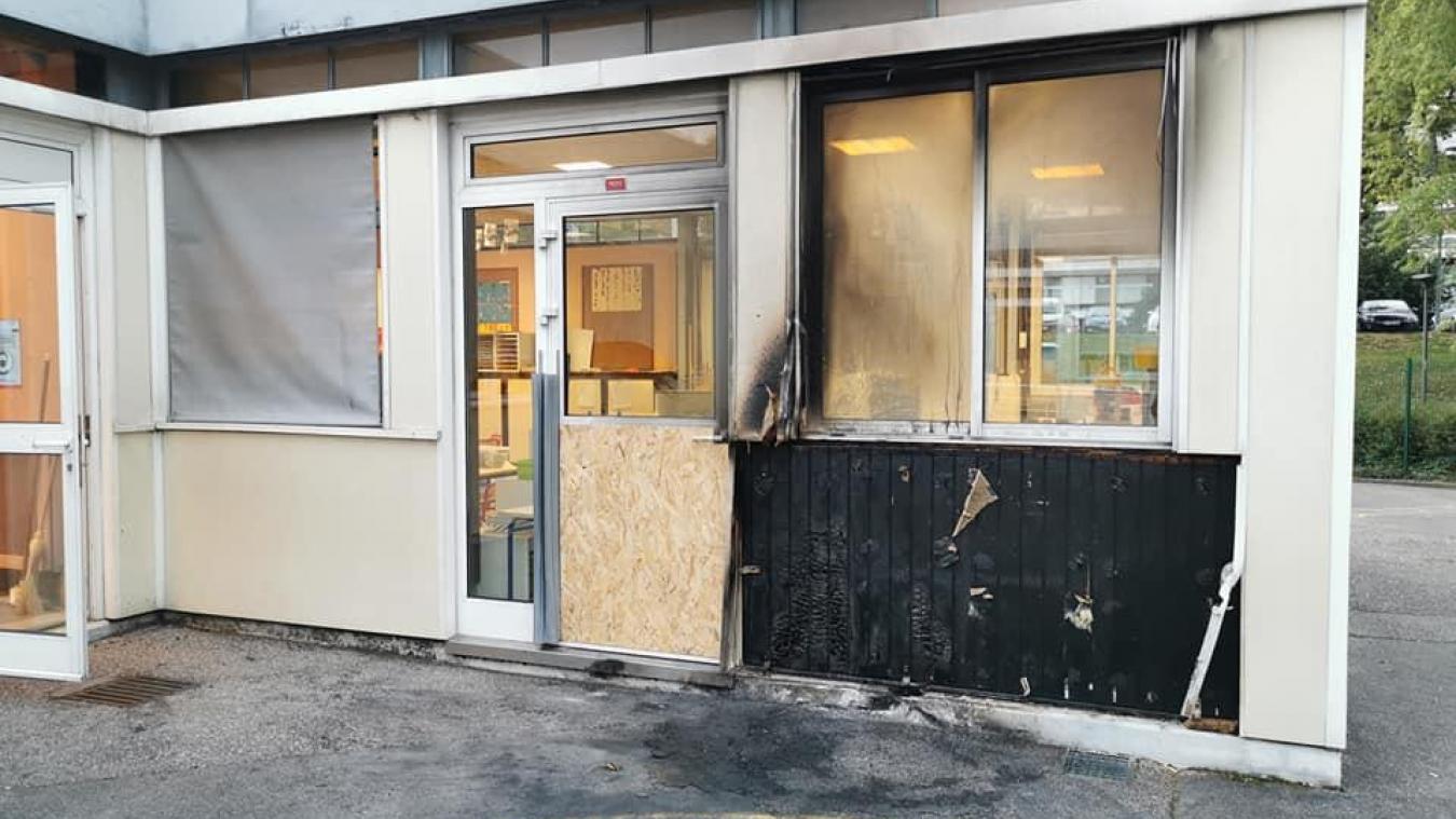 L'incendie a eu lieu contre la façade d'une salle de classe, rue du Pré de l'Âne.