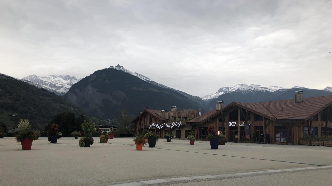 L'hôtel est implanté sur une grande esplanade vide. Et derrière cette dalle, en contre-bas, le reste de la ZAC est encore un terrain vague.