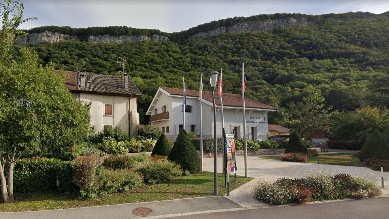 La mairie d'Etrembières avec à gauche la maison Coudurier qui a été rachetée cet été 600 000 euros.