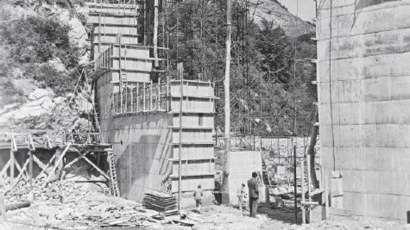 Le barrage a été érigé de janvier 1948 à juillet 1949.