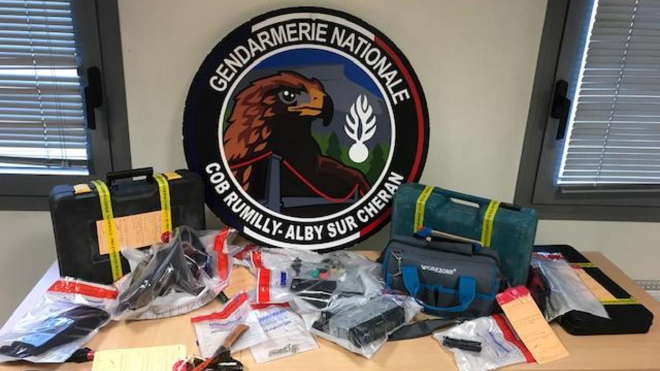 Plusieurs objets de valeur ont été perquisitionnés par les gendarmes de la brigade de Rumilly / Alby-sur-Chéran dans la voiture des voleurs à la roulotte.