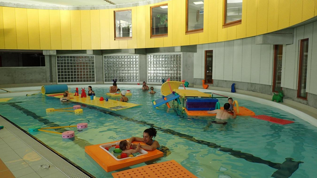 Enfants et parents apprivoisent l'environnement aquatique, à leur rythme, à l'aide de nombreux jeux.
