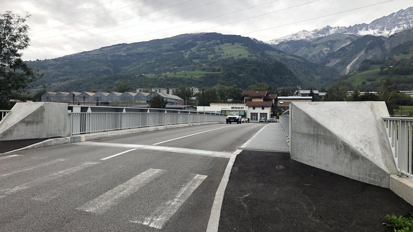 Le pont de Montgirond à g. et l'aménagement proche de la base de kayak (à d. ) où les flux piétons et cycles sont séparés des flux automobiles.