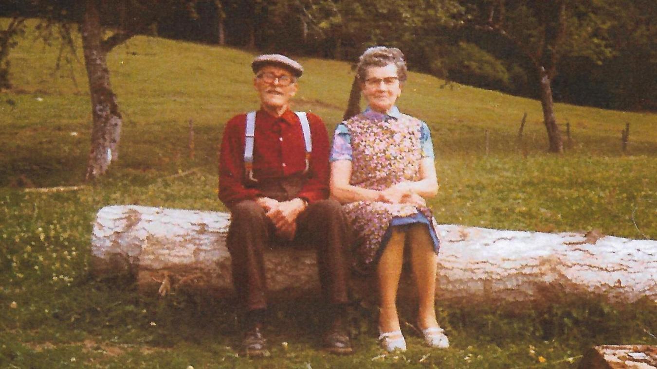 Alice et Joseph Condevaux en 1962/63, juste à côté de la ferme.