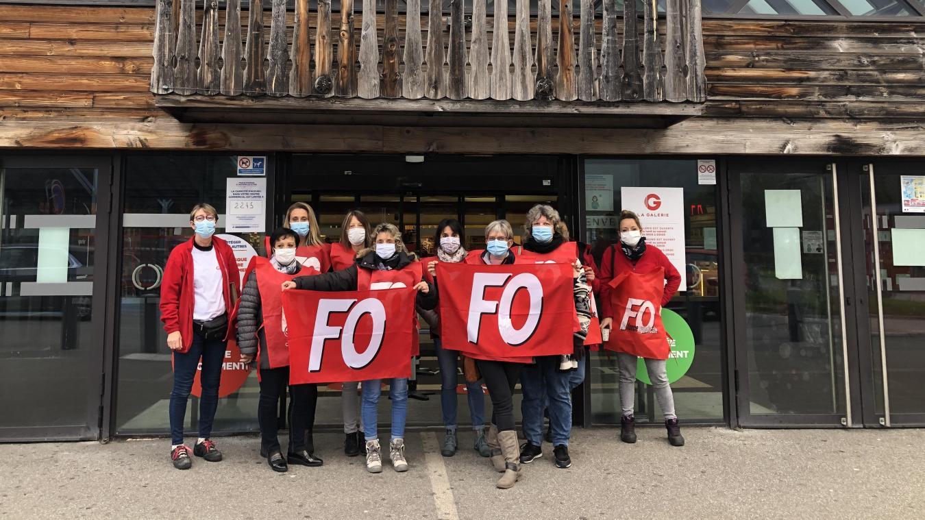 Les salariés en grève devant l'entrée du magasin déplore leurs conditions de travail et le manque de personnel.