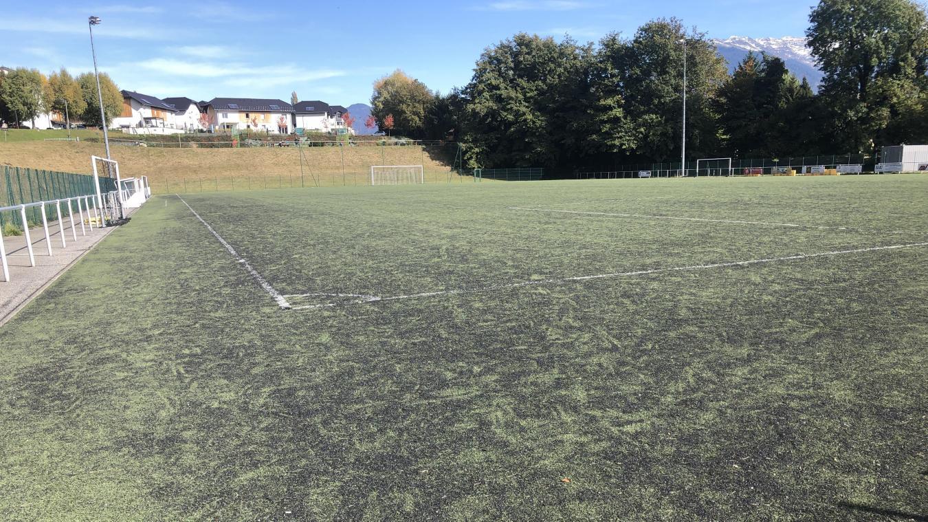 Très dégradé, l'état du terrain de foot ne permet plus l'exercice du « bon » football.