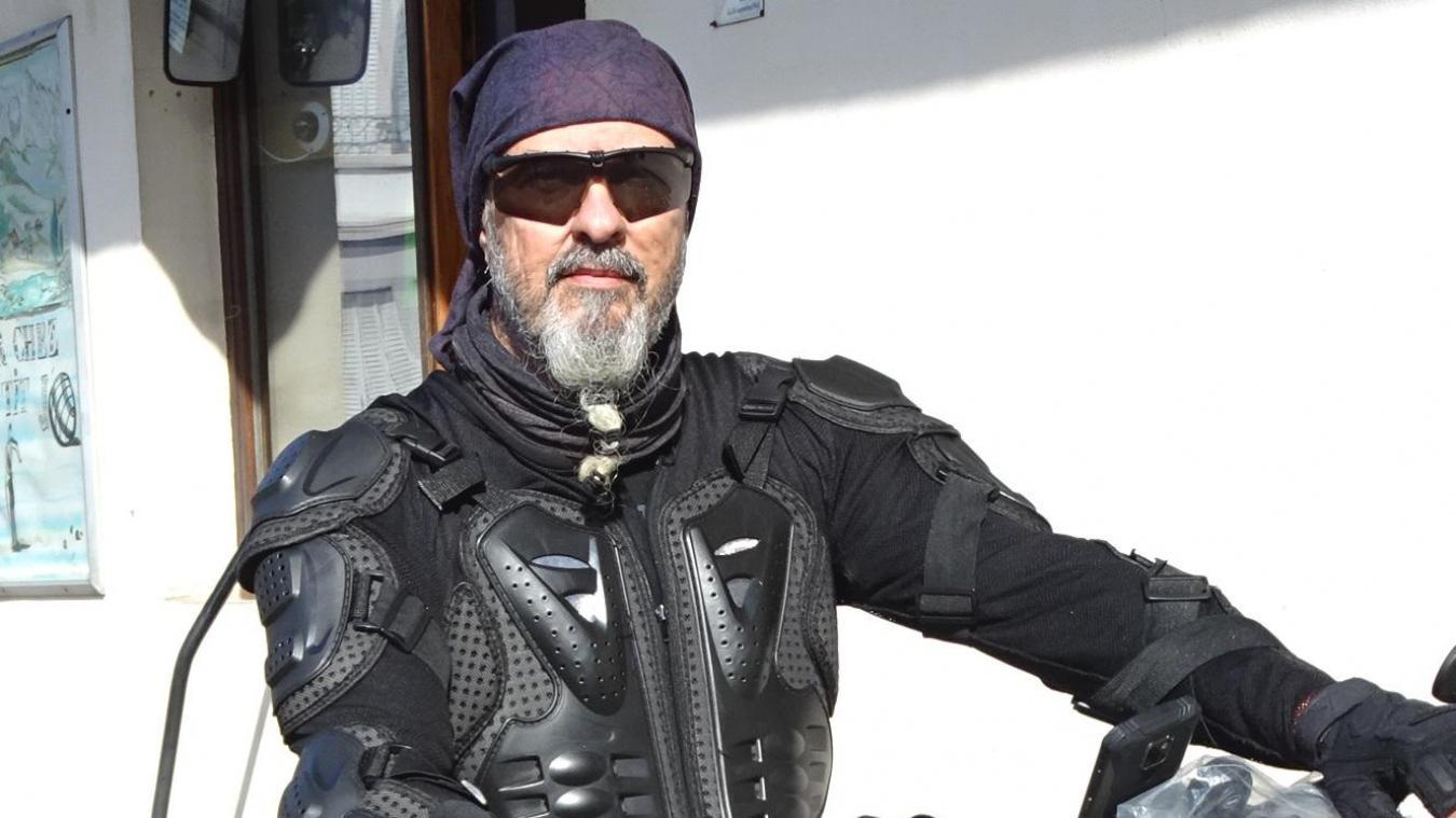 Au volant de sa trotinette électrique, il est harnaché comme un biker.