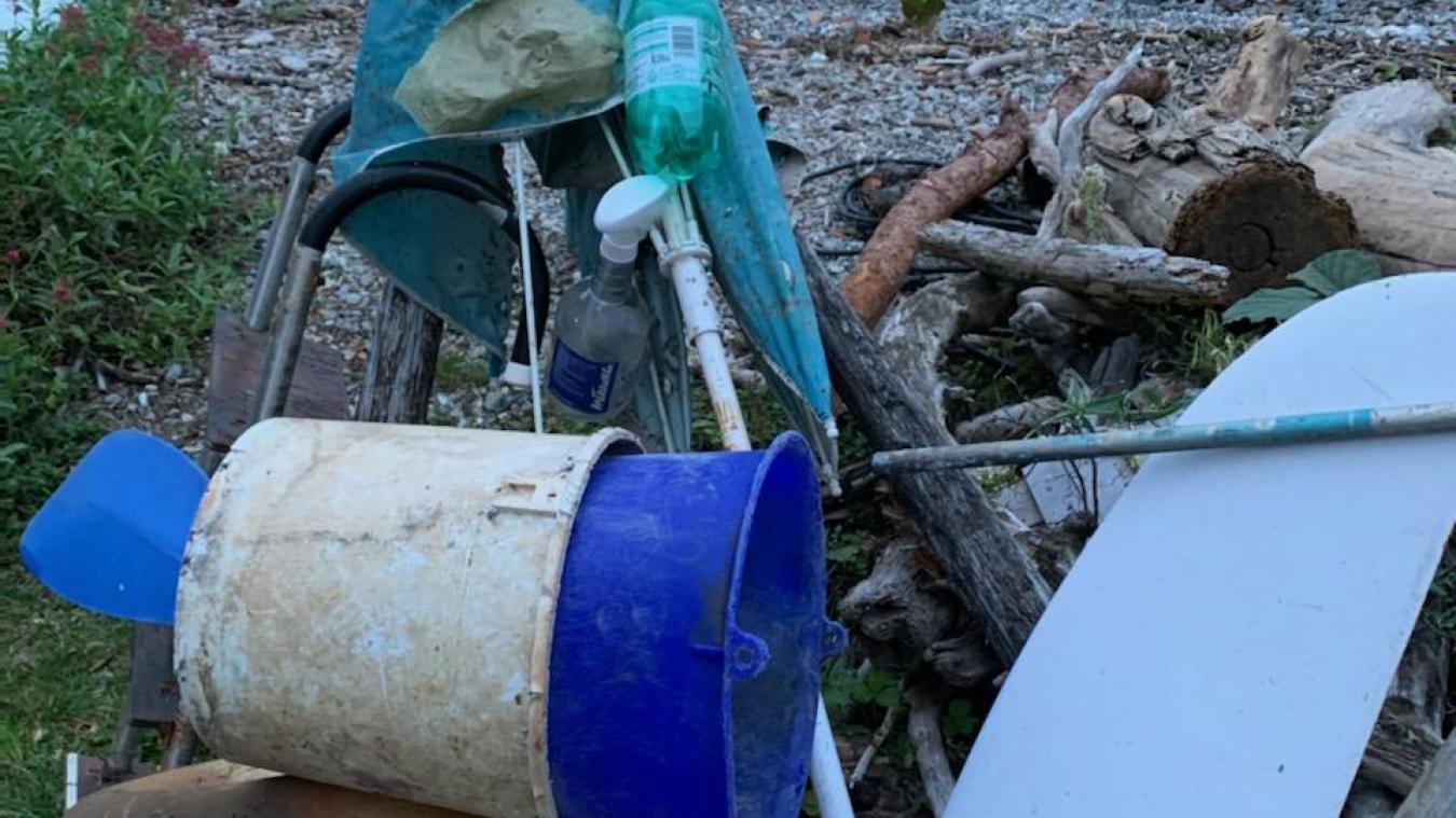 A gauche, les différents plastiques remontés par Eric Jacquier dans ses filets. Une fois transformés, les voilà recyclés en petits pots (à droite).