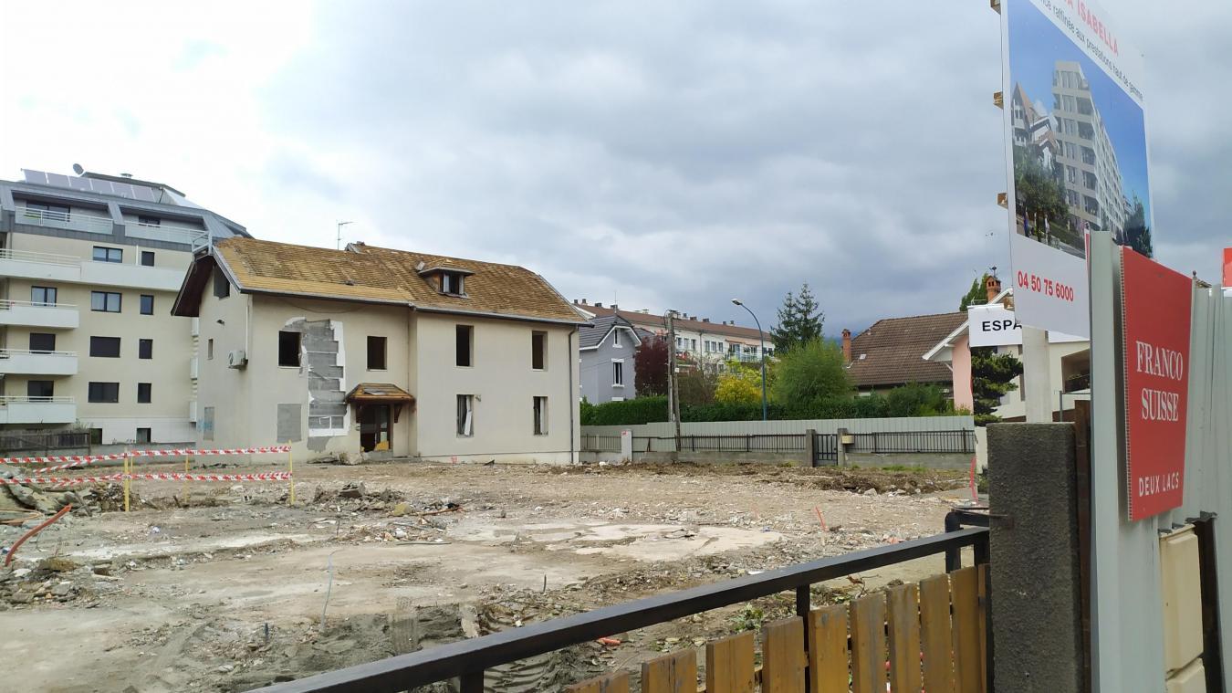 La démolition des 4 anciennes maisons est quasi terminée. Un immeuble de 6 étages prendra leur place.