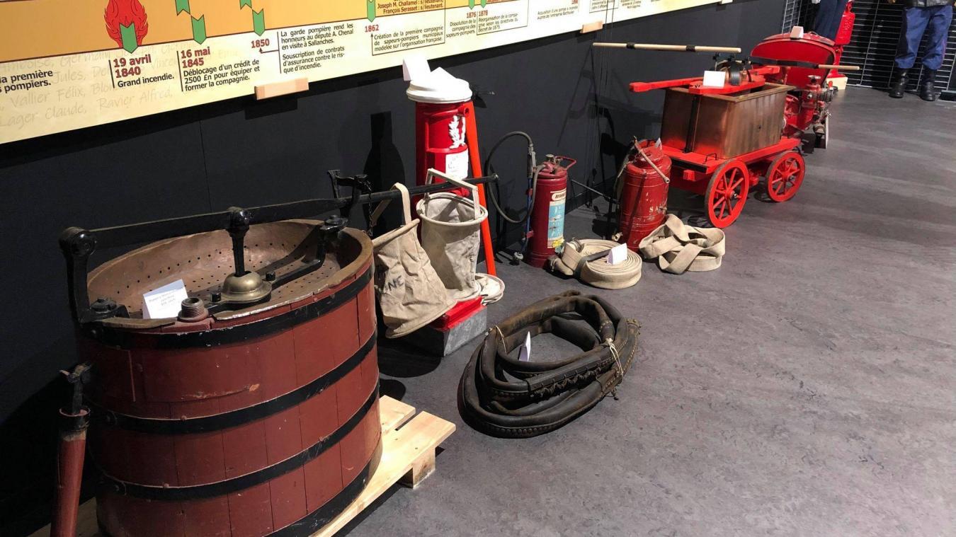 L'exposition met en lumière du matériel utilisé par les sapeurs-pompiers à travers les âges.