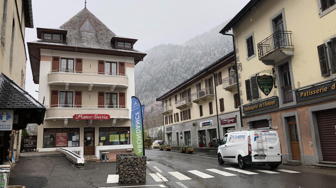 Au premier plan, le Franco Suisse et, à droite, après la fleuriste, la crémerie Alidière.