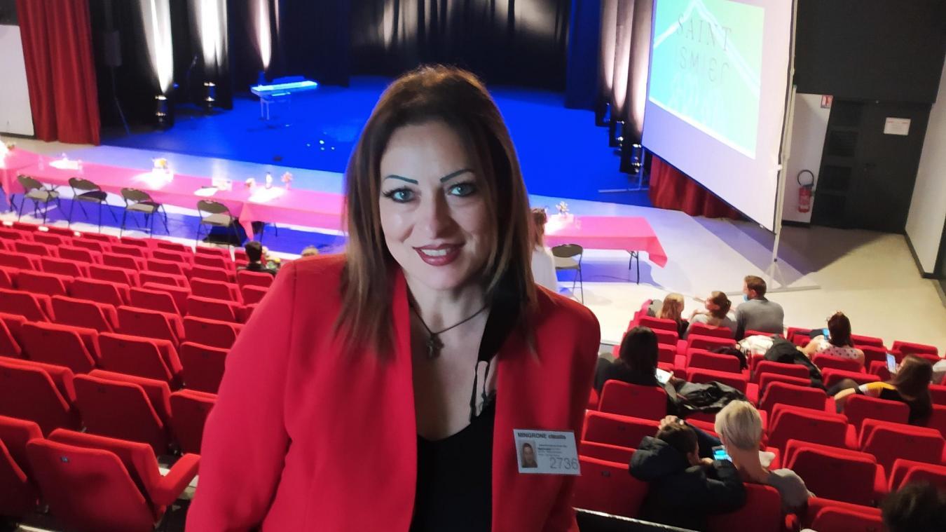 Claudia Mingrone, quelques minutes avant d'entrer en scène pour le concours de chant « Cordes-aux-Voix ».