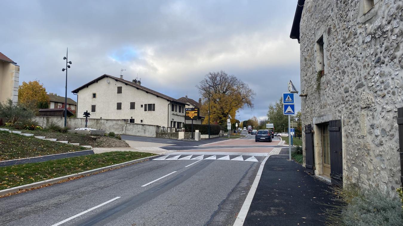 Un passage surélevé a été créé devant la mairie afin de limiter la vitesse des automobilistes.