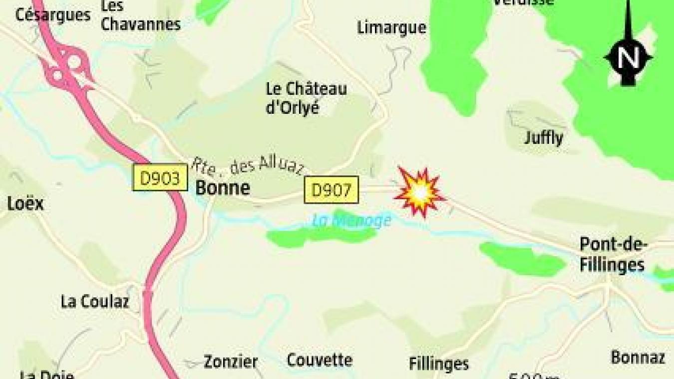 En début d'après-midi, ce jeudi 29 octobre, un poids lourd s'est encastré dans une maison, sur la commune de Bonne, après avoir heurté une voiture.