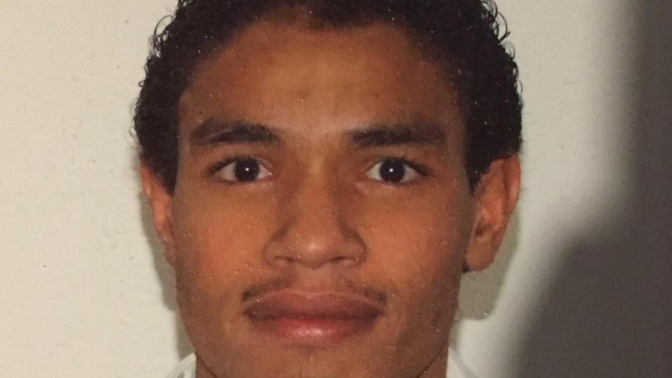 Rodrigo M. mesure 169 cm, et a cheveux noirs et bouclés.