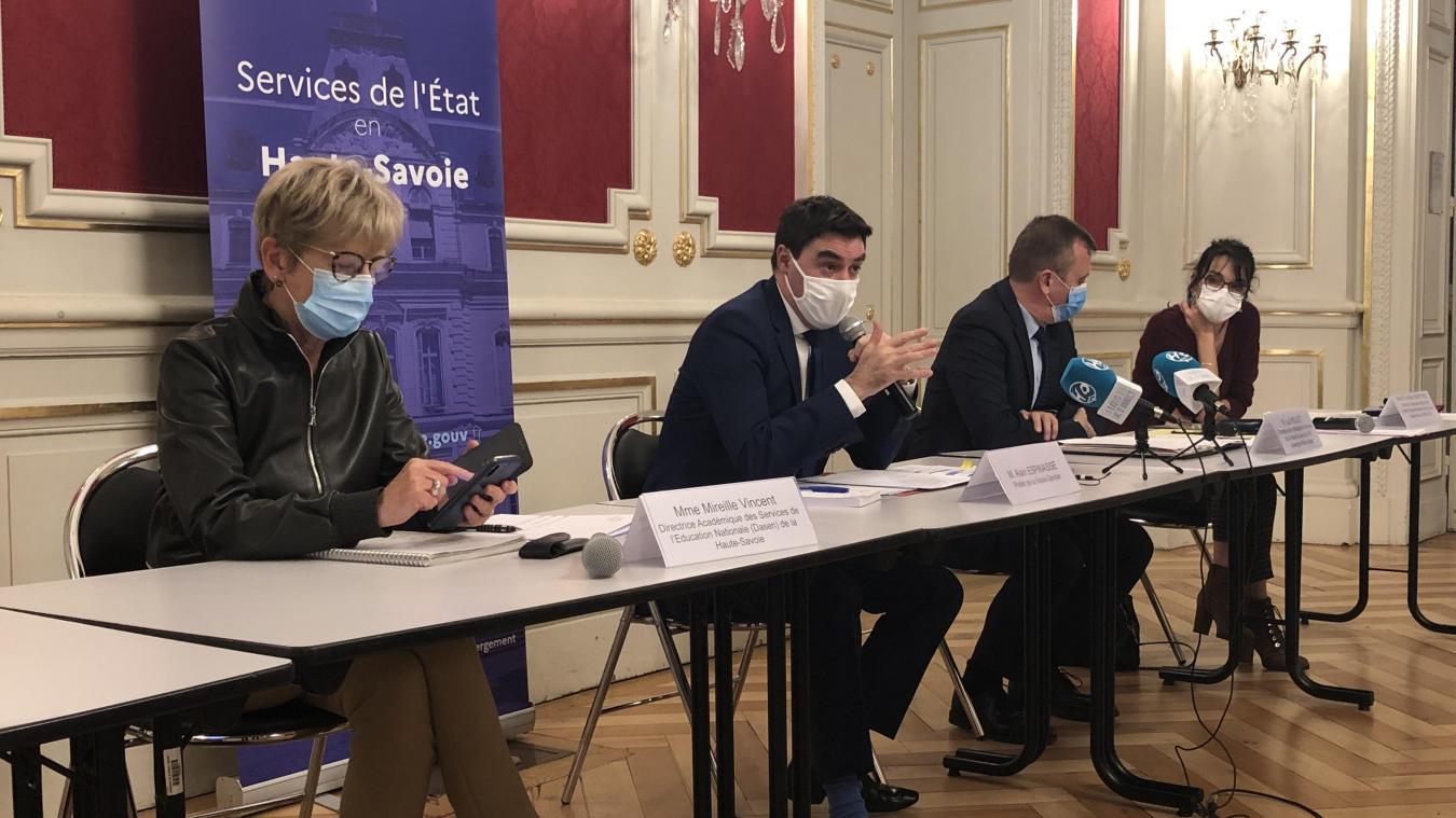 Le préfet Alain Espinasse (deuxième à gauche) a développé les mesures sanitaires et d'aide aux entreprises.