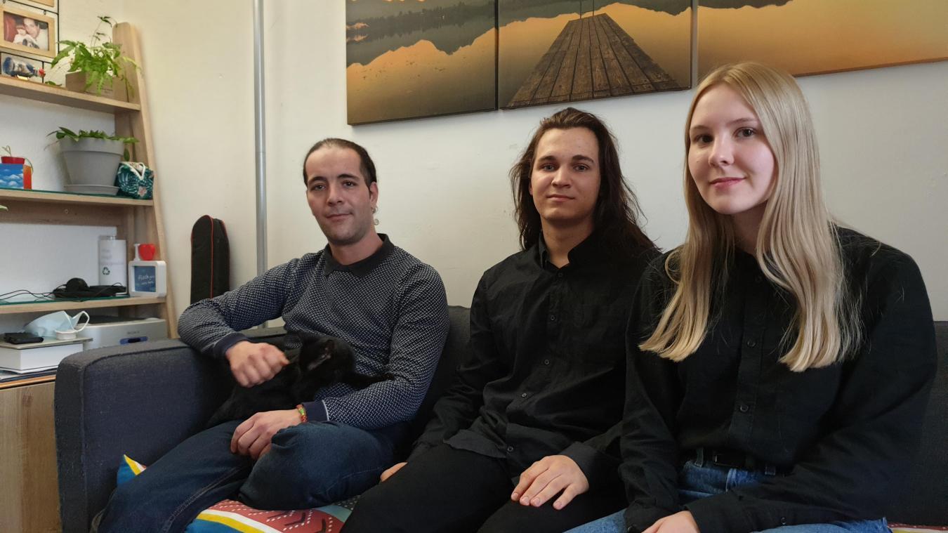 Karim Akabi (à gauche) a offert un peu de stabilité à Roman et Ekaterina en les logeant sous son toit.