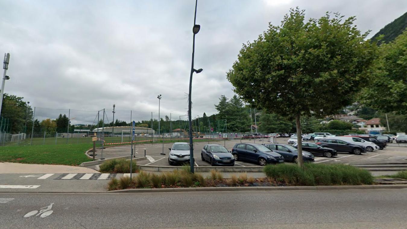 Un fourgon a été entièrement calciné, un autre partiellement brûlé et un local technique endommagé par les flammes au stade du Pré-Vernet dans la nuit du vendredi 30 au samedi 31 octobre 2020.